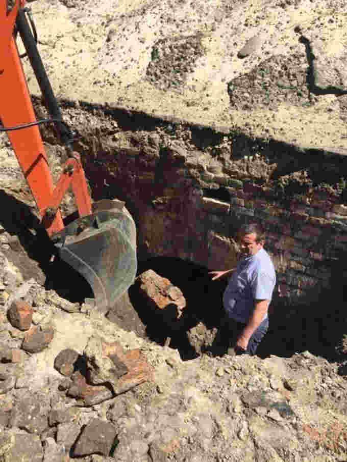 У червні 2018 року під час виконання ремонтних робіт на подвір'ї школи №3 будівельники випадково знайшли залишки загадкової споруди [11]. Судячи з цегляних клейм, будівля була споруджена у 1830-х роках, але яким чином вона встигла так стрімко опинитися під землею, встановити поки що не вдалося, бо виконавці робіт з якогось дива вирішили, що там немає анічогісінько цікавого для істориків, і закопали знахідку назад. І чого було так поспішати?