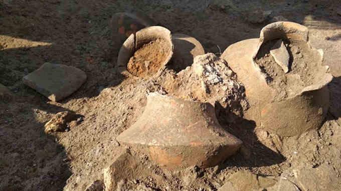 на трипільському поселенні «Тальянки». Вчені знайшли трипільський посуд, якому майже 6 тисяч років. На розкопках працюють співробітники інституту археології Національної Академії Наук України