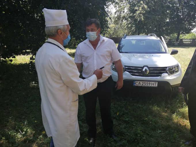 На Жашківщині сімейні лікарі отримали нові службові автомобілі