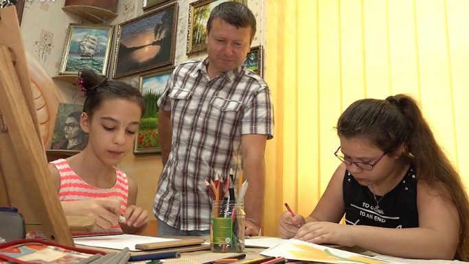 Золотоніський військовий пенсіонер створив художню галерею та безкоштовні курси малювання (фото, відео)