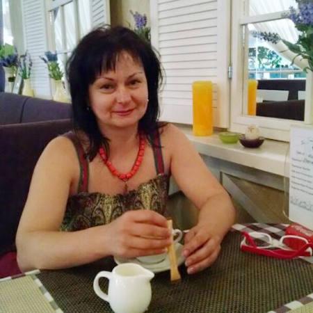"""Олена Кириченко – людина, яке все своє життя присвятила вишивці. Для неї вишивка – не хобі, а професія, але слово """"професія"""" – дуже сухе й безлике для того, щоб сказати, що таке вишивка для пані Олени. Стильні вишиванки ручної роботи – це її покликання, її світ, її життя."""