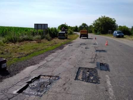 На Монастирищині ямково відновлюють автодорогу Т-24-03 у напрямку Жашкова