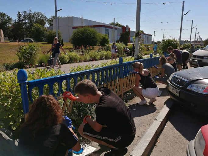Молодь оновила жовто-блакитний паркан у центрі Золотоноші (фото)