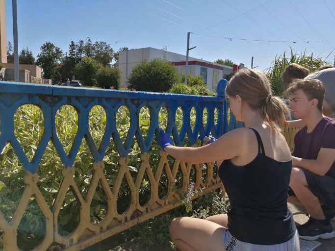 Молодь оновила жовто-блакитний паркан у центрі Золотоноші