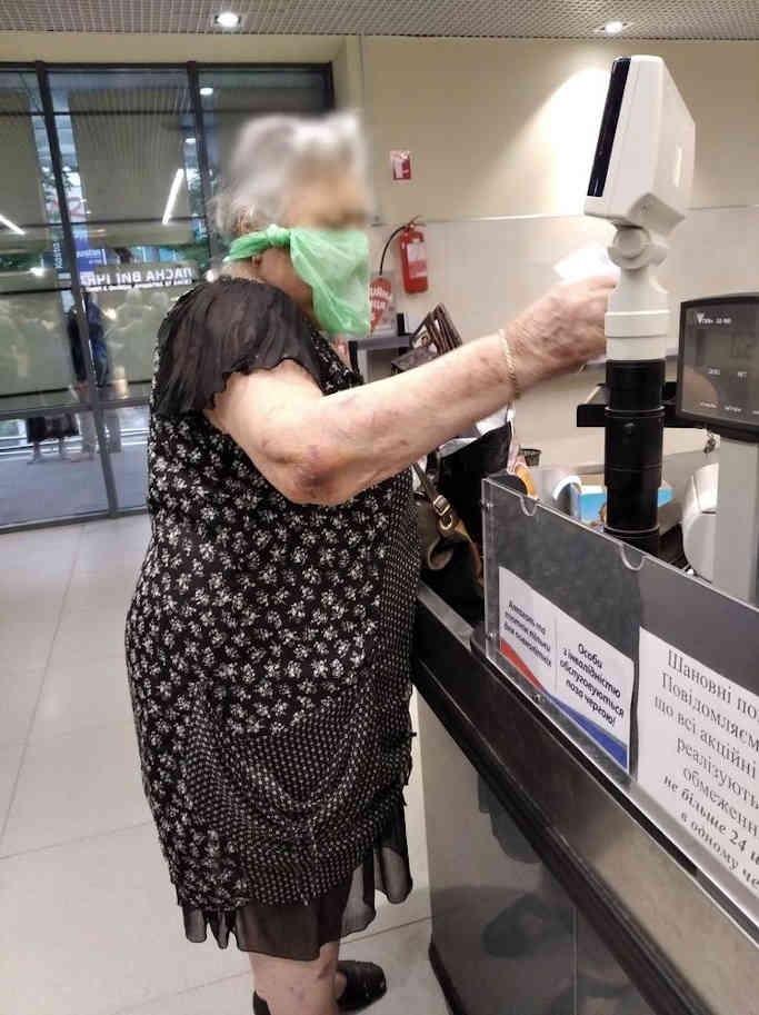 Пакет жінка використовувала в якості заміни медичної маски