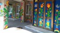 У Черкасах вихованки студії декоративно-прикладного мистецтва розмалювали фасад клубу (фото)