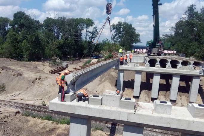 На шляхопроводі через залізницю на обході Золотоноші вже влаштовують арматурний каркас (фото)