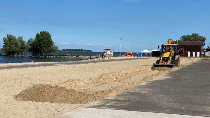 Кросфіт під відкритим небом: на пляжі «Казбетський» продовжують облаштовувати сучасний майданчик для силових тренувань