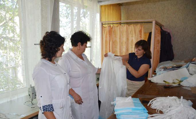 Золотоніських лікарів продовжують забезпечувати захисним одягом. Так, територіальний центр соціальної допомоги міста, передав 200 халатів, які пошили працівниці центру, для медичних працівників.
