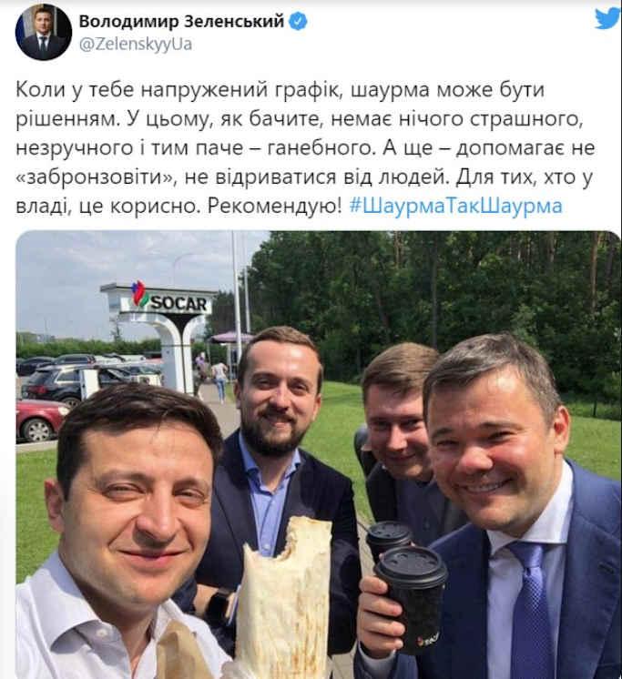 Слід зазначити, що оригінальний знімок опублікував сам президент в 2019 році, під час початку своєї президентської каденції. Тоді він з представниками своєї команди зупинився на виїзді з Києва, щоб перекусити, після чого опублікував знімок, який потім став мемом.