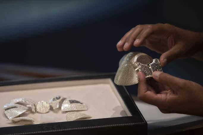 Її виготовляють з білого 18-каратного білого золота. А після ювеліри використовують 3 600 білих і чорних діамантів. Крім цього маска оснащена надчуттєвим фільтром N99, а ось її вага складе 270 грам.
