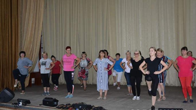 У Золотоноші почали танцювати ті, кому за 40-70 років
