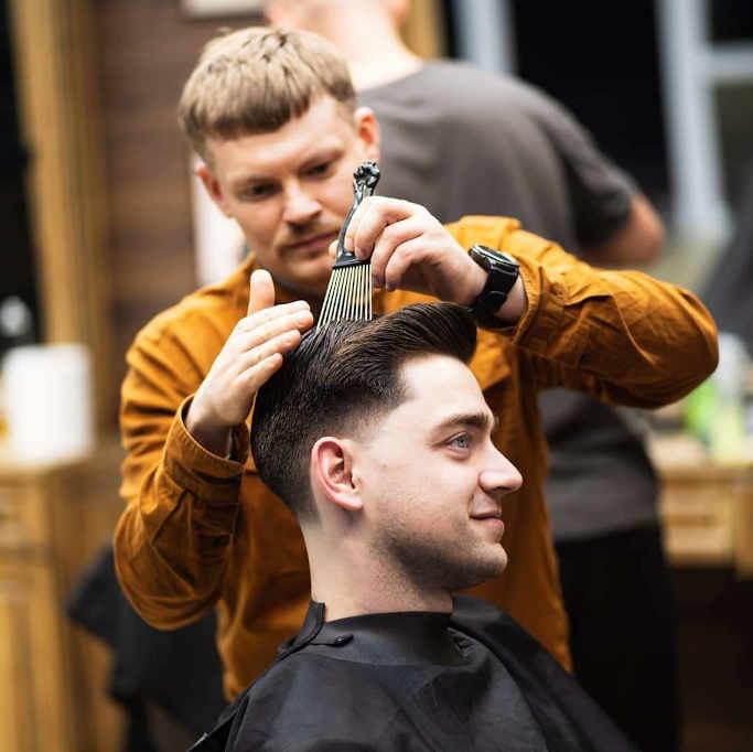 Барбер – це перукар, який працює в ультрамодних сьогодні чоловічих перукарнях, барбершопах