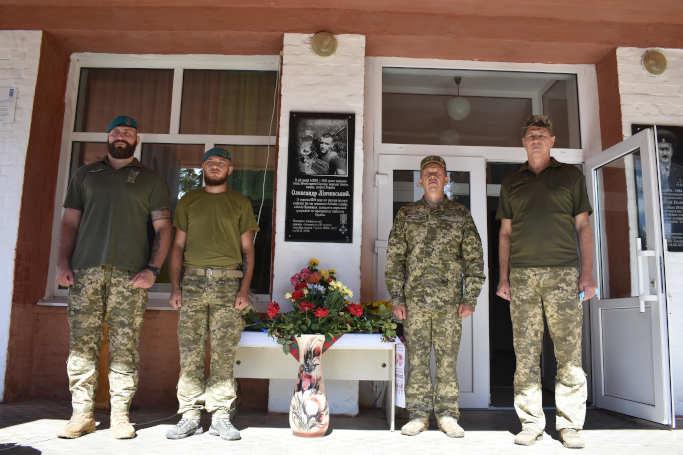 На честь загиблого воїна АТО у Матусівській громаді відкрили меморіальну дошку (фото)