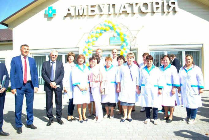 У Степанецькій ОТГ відкрили нову амбулаторію та стадіон із ліхтарями на сонячних панелях