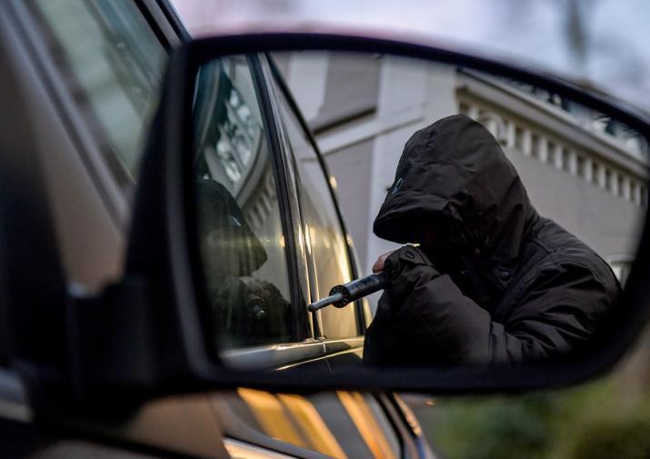 угонщик відчинив водійські двері та проник в салон припаркованого автомобіля