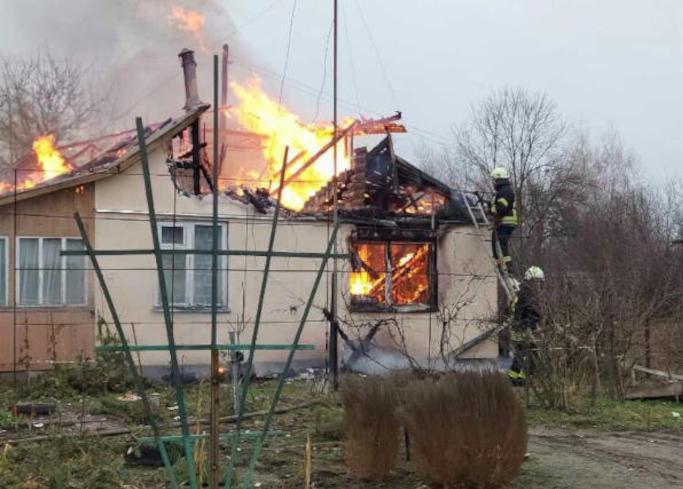 Сьогодні, 4 січня близько 08:30 у селі Прохорівка виникла пожежа в приватному житловому будинку. Після надходження повідомлення про пожежу, на місце виклику прибули рятувальники