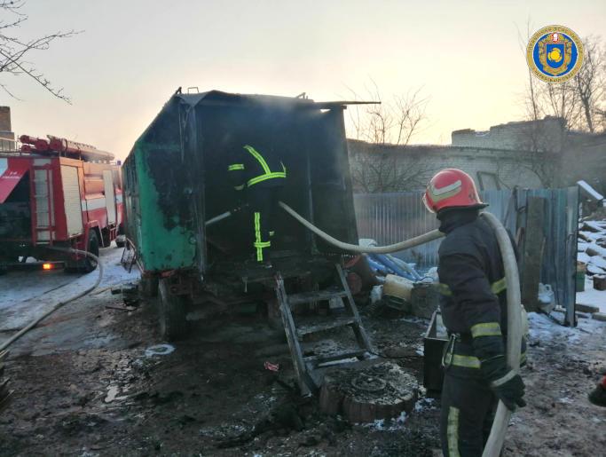 В Уманському районі рятувальники ліквідували пожежу в металевому вагончику (фото)