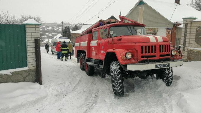 """В Умані рятувальники двічі вивільняли """"швидкі"""" із снігових заметів"""