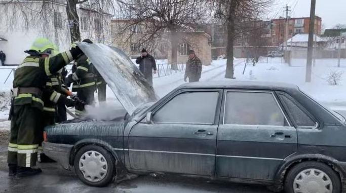 У Шполі рятувальники ліквідували пожежу легкового автомобіля (відео)