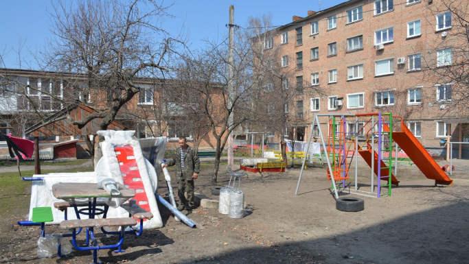 На вулиці Соборна у Золотоноші з'явився ще один дитячий майданчик