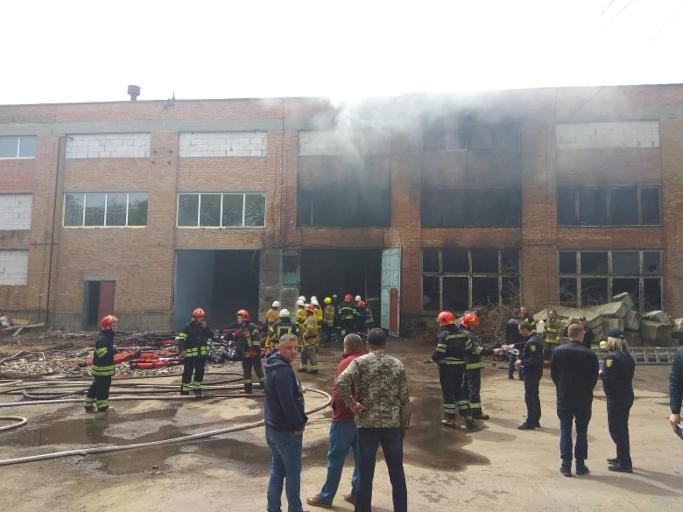 У Черкасах рятувальники ліквідували пожежу на території шовкового комбінату (фото)