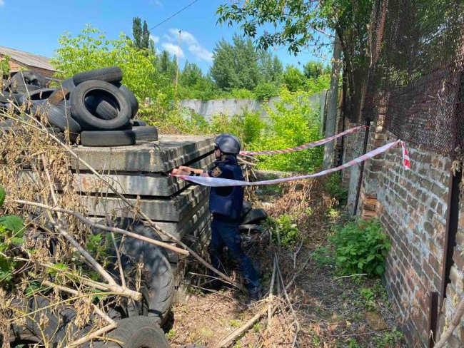 У Золотоноші невідомі сховали гранату поміж будівельних плит (фото)