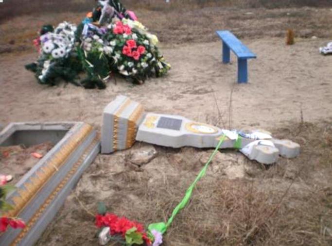 У Золотоноші затримано двох чоловіків за підозрою у вчиненні наруги над могилою (фото)