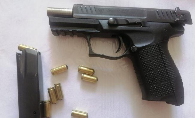 До Соснівського суду принесли пістолет з набоями (фото)