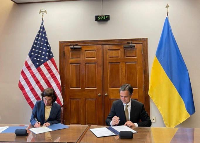 Від України документ підписав Перший віце-прем'єр-міністр – Міністр економіки України Олексій Любченко, від Сполучених Штатів Америки - Міністр торгівлі США Джина Раймондо
