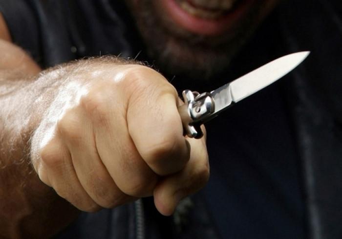 У Черкасах нетверезий чоловік порізав ножем двох знайомих