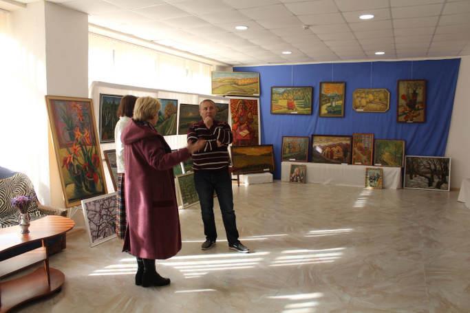 В Монастирищі проходить виставка картин «Барви натхнення» Бориса Павлюка