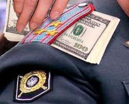 Водитель «Запорожца» пытался дать взятку